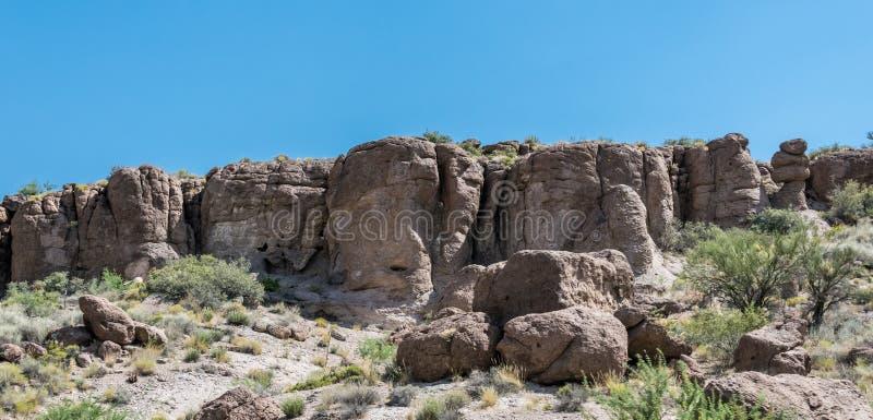Rotsen en Blauwe Hemel Het Landschap van de woestijn met Gevallen Boom stock afbeelding