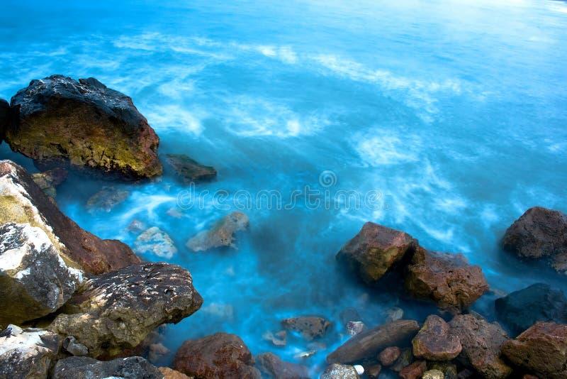 Rotsen en blauwe overzees royalty-vrije stock foto