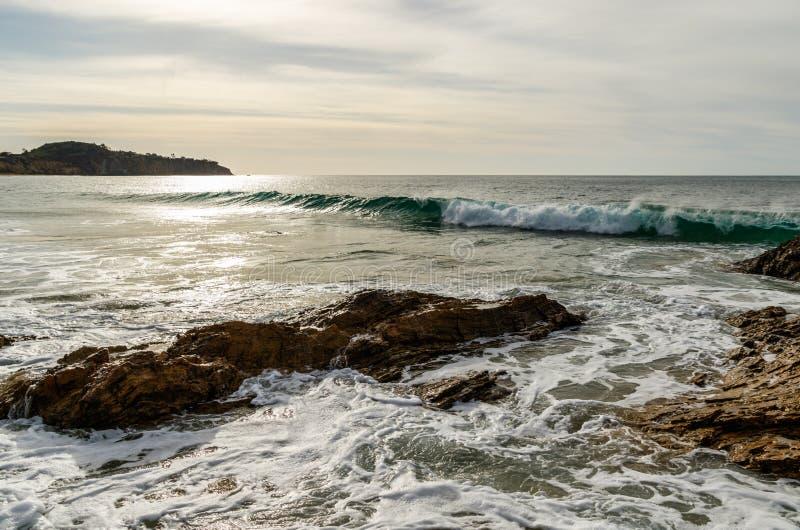 Rotsen en brekende golven van Laguna Beach, de kustlijn van Californië royalty-vrije stock afbeelding
