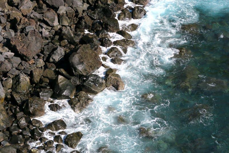 Rotsen en golven stock afbeeldingen