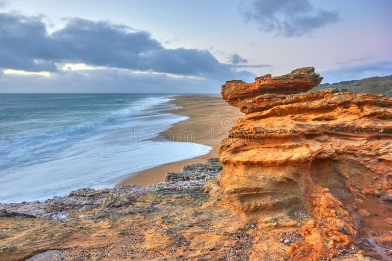 Rotsen en golven van branding in de oceaan dichtbij Nazare-kust royalty-vrije stock foto