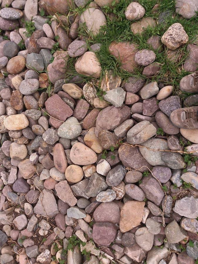 Rotsen en groen gras royalty-vrije stock afbeelding