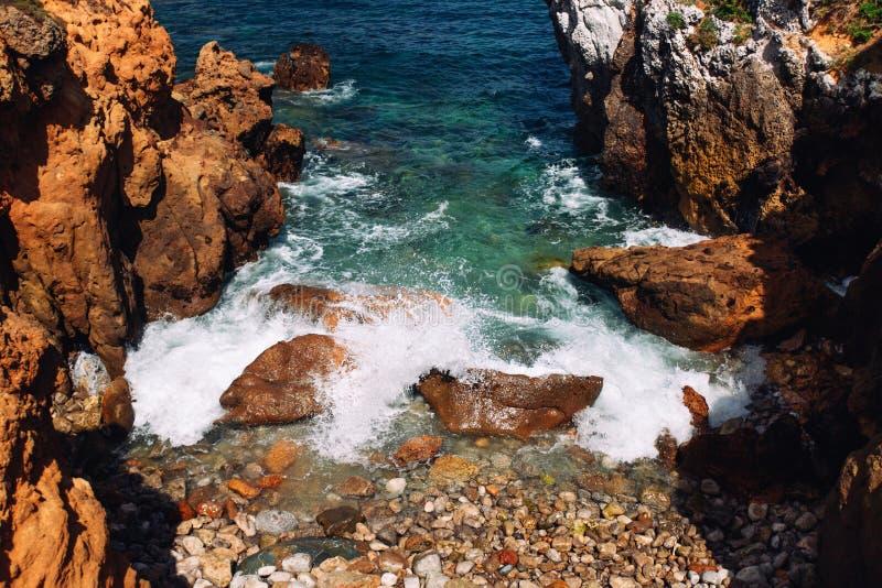 Rotsen en oceaangolven in Portugal royalty-vrije stock foto's