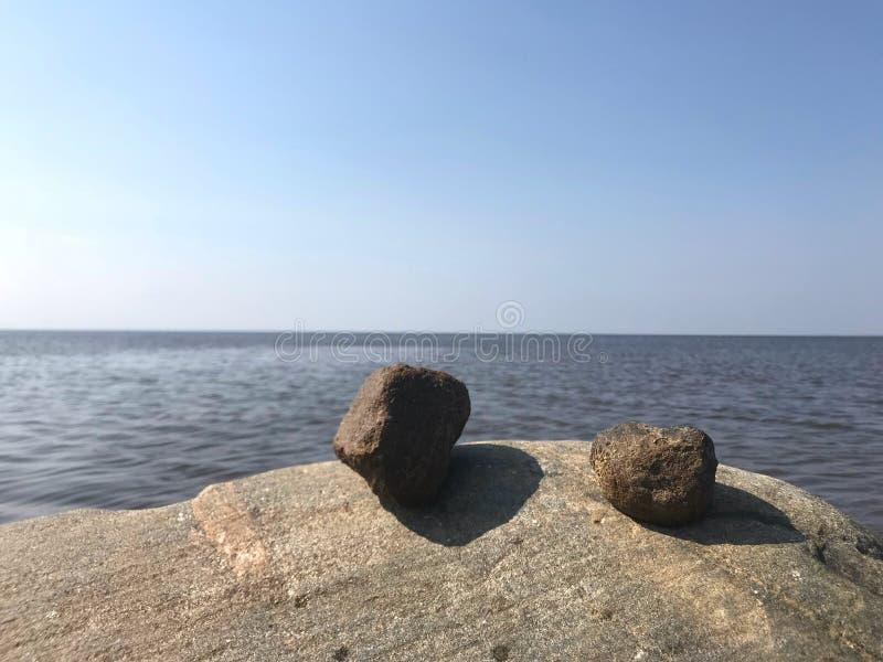 Rotsen en overzees, blauwe hemel royalty-vrije stock foto