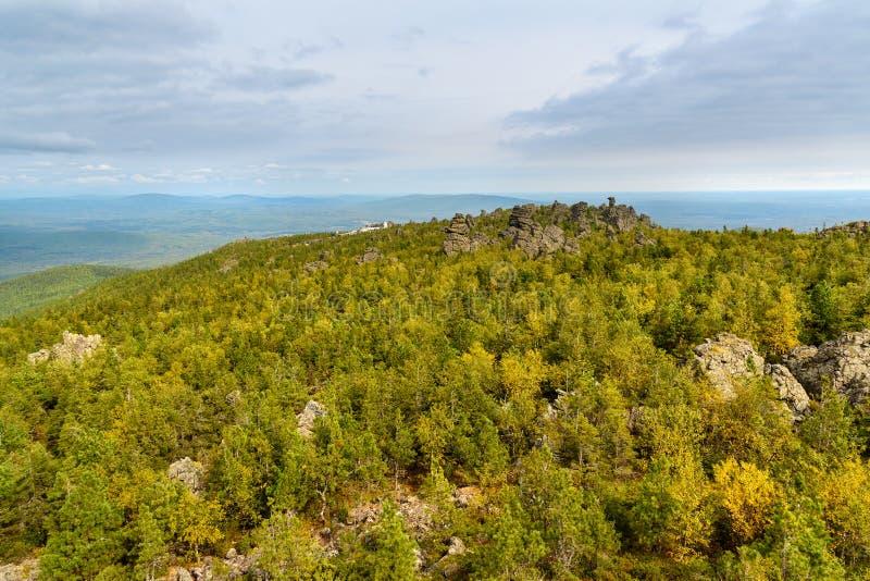 Rotsen en Shad Tchup Ling Buddhist-klooster op berg Kachkanar Het Oeralgebergte Rusland stock foto's