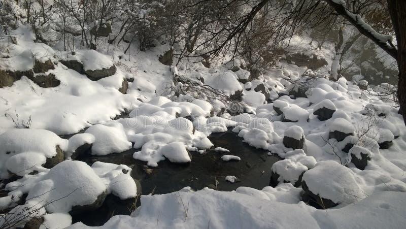 Rotsen en sneeuw in de vroege lente stock afbeelding