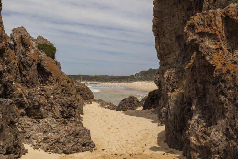 Rotsen en strand op Mullimbura-punt dichtbij Bingi australië royalty-vrije stock foto's
