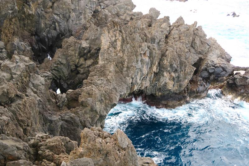 Rotsen in het blauwe overzees, madera royalty-vrije stock afbeelding