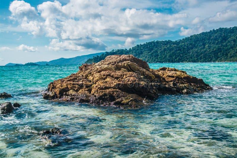Rotsen in het duidelijke mooie overzees bij Lipe-Eiland in Thailand stock afbeeldingen