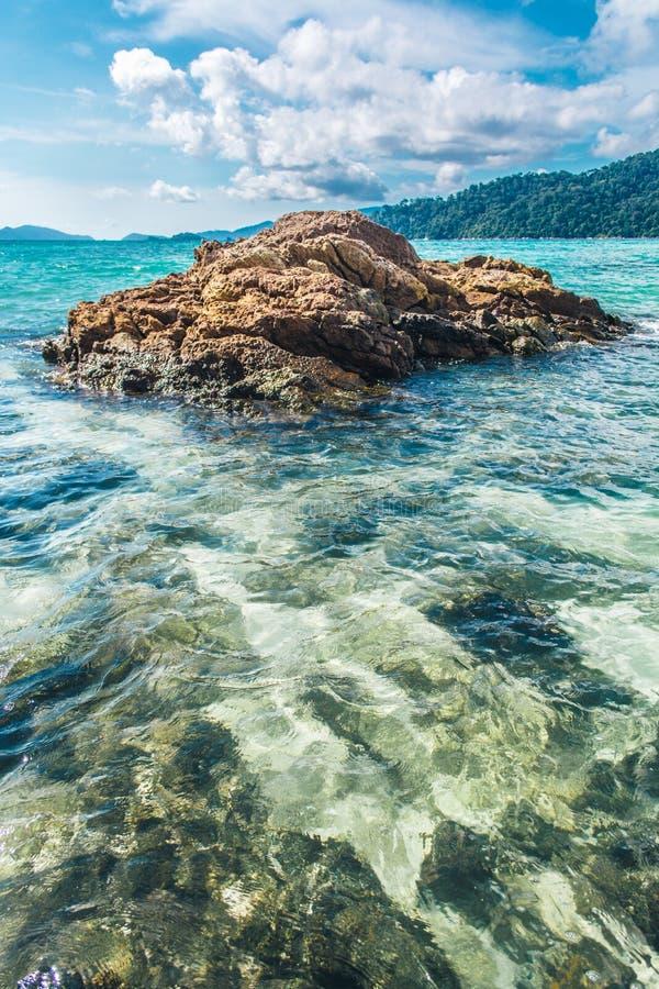 Rotsen in het duidelijke mooie overzees bij Lipe-Eiland in Thailand stock afbeelding