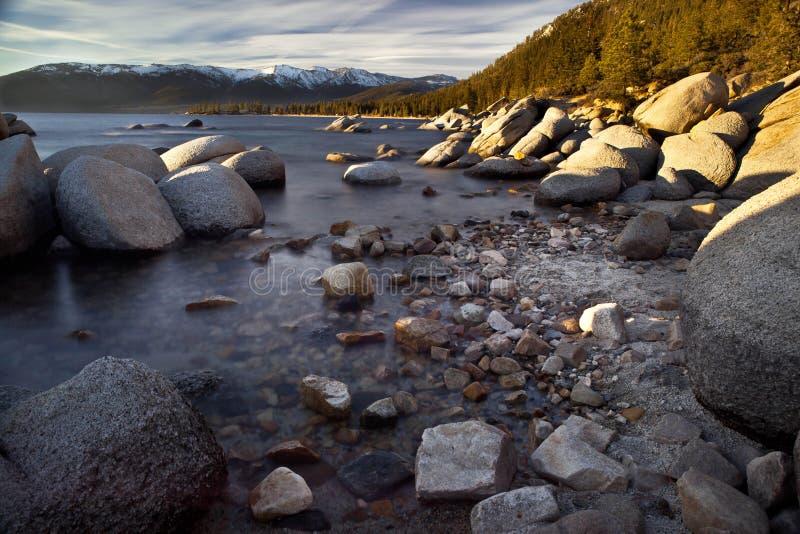 Download Rotsen in Meer Tahoe stock afbeelding. Afbeelding bestaande uit steen - 39106677