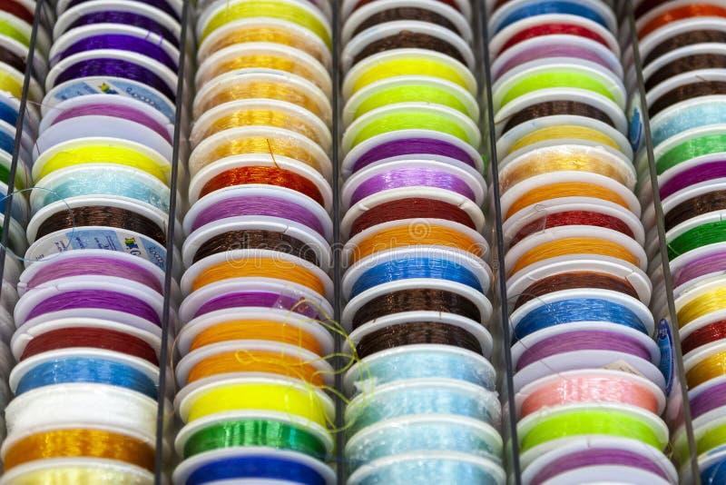 Rotsen met het kleurrijke stikken voor clother, het naaien en het stoppen royalty-vrije stock fotografie