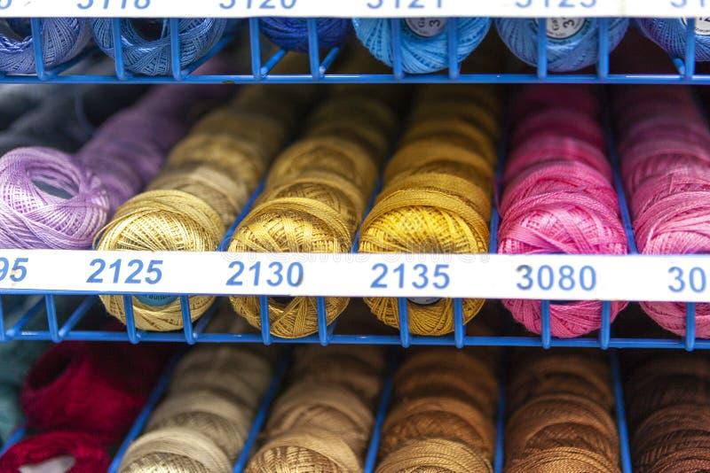 Rotsen met het kleurrijke stikken voor clother, het naaien en het stoppen royalty-vrije stock foto