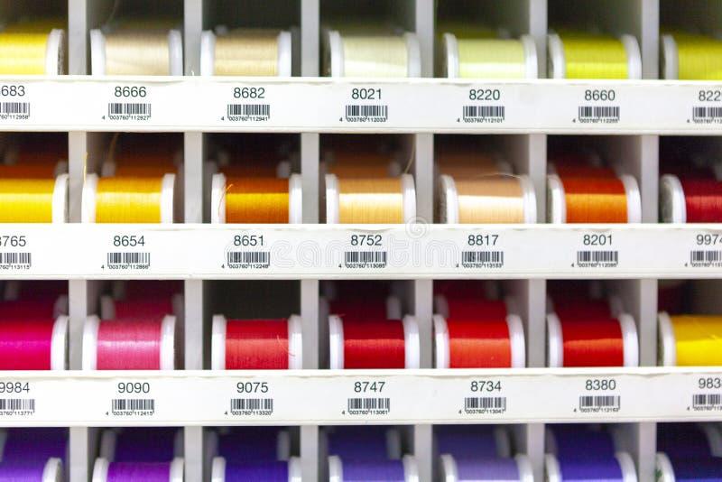 Rotsen met het kleurrijke stikken voor clother, het naaien en het stoppen stock fotografie