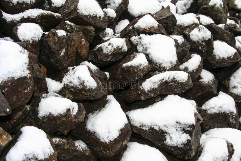 Rotsen met sneeuw stock afbeeldingen