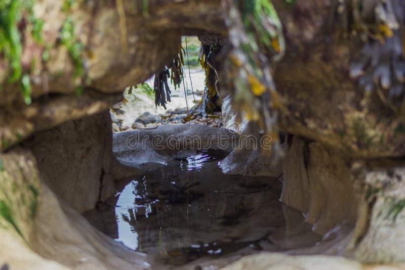 Rotsen met water royalty-vrije stock foto