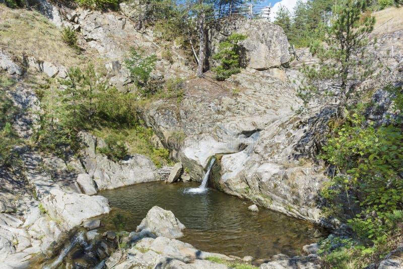 Rotsen met waterval in Rhodope-berg royalty-vrije stock foto