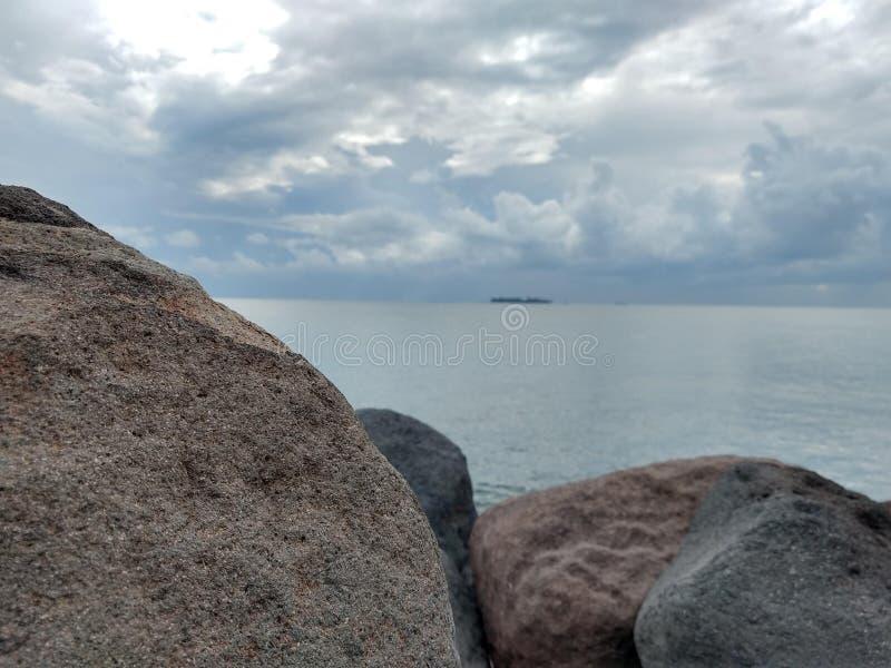 Rotsen op de kust stock foto's