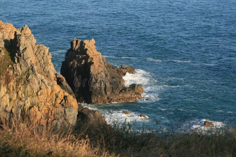 Rotsen op de kust stock afbeelding