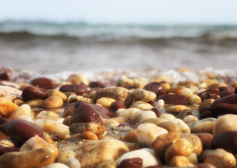Rotsen op de kust dichtbij het strand met vage achtergrond overzeese scenary zonnige dag bij de zomer in Thailand stock foto