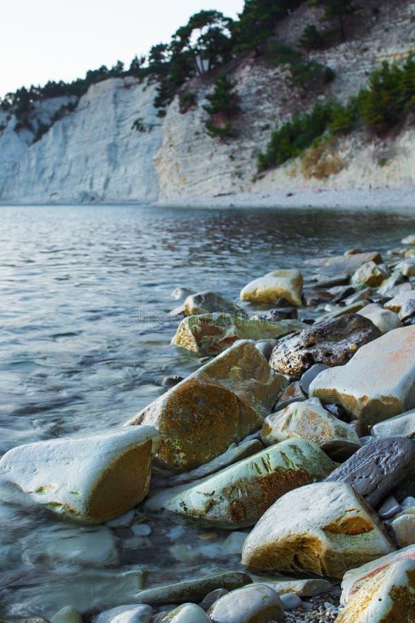 Rotsen op de kust door de kustgolven wordt gewassen die royalty-vrije stock foto's