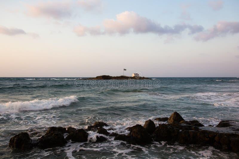 Rotsen op de kust van Egeïsche Overzees in Malia, Kreta, Griekenland royalty-vrije stock fotografie