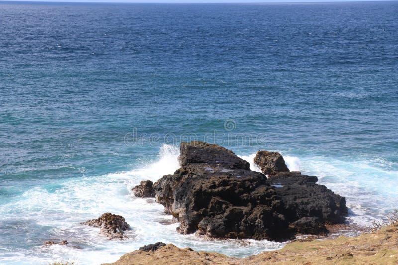 Rotsen op de oceaan royalty-vrije stock foto