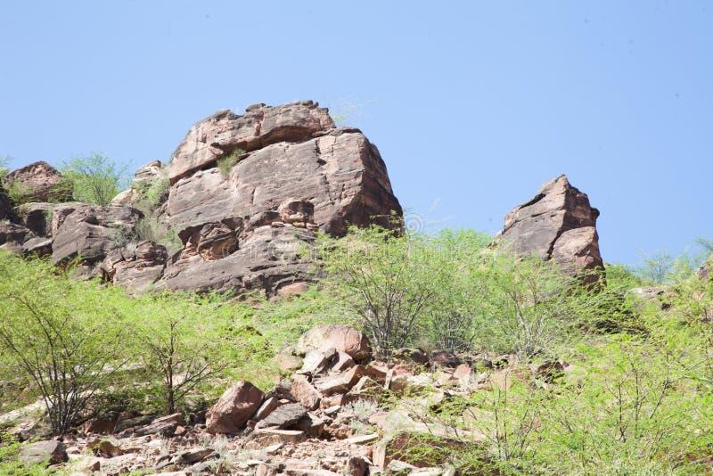 Rotsen op een heuvelig gebied royalty-vrije stock afbeeldingen
