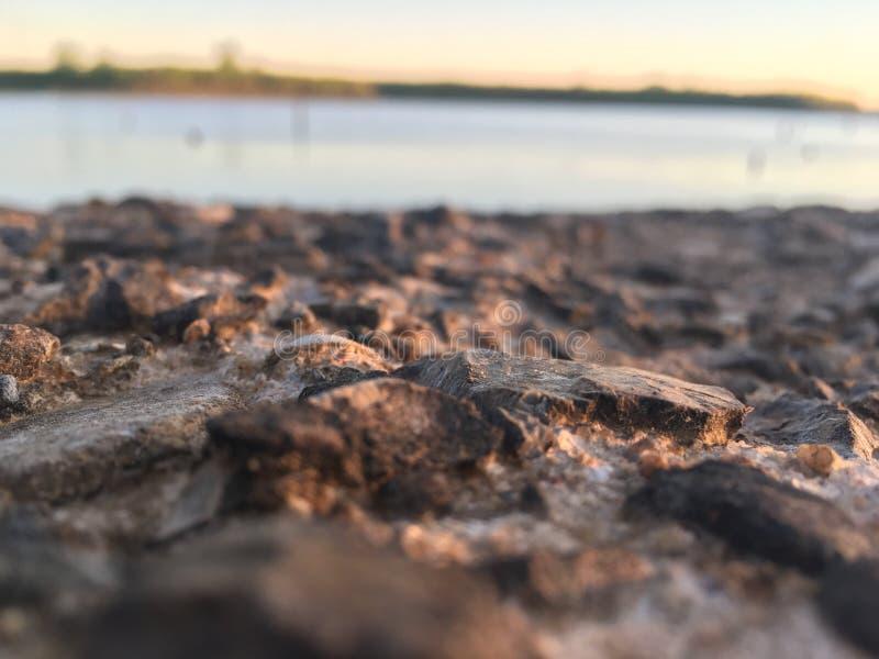 Rotsen op het meer stock afbeelding