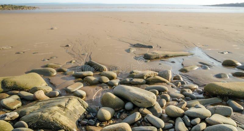 Download Rotsen op het strand stock afbeelding. Afbeelding bestaande uit rots - 39104897