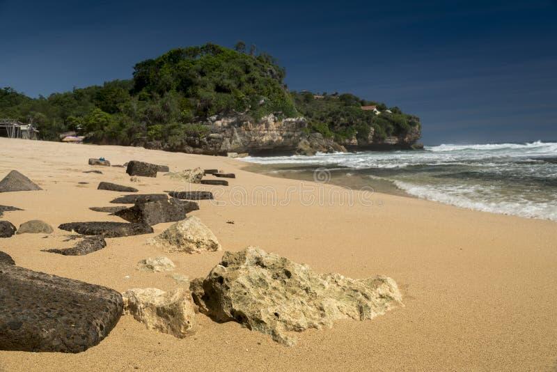 Rotsen op het strand van Pulang Sawai, Wonosari, Java, Indonesië royalty-vrije stock fotografie