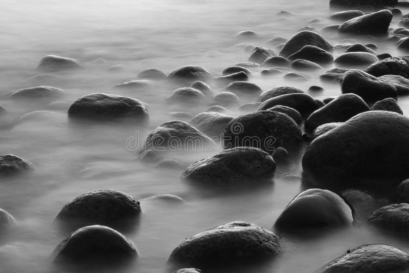 Rotsen op Strand stock afbeeldingen