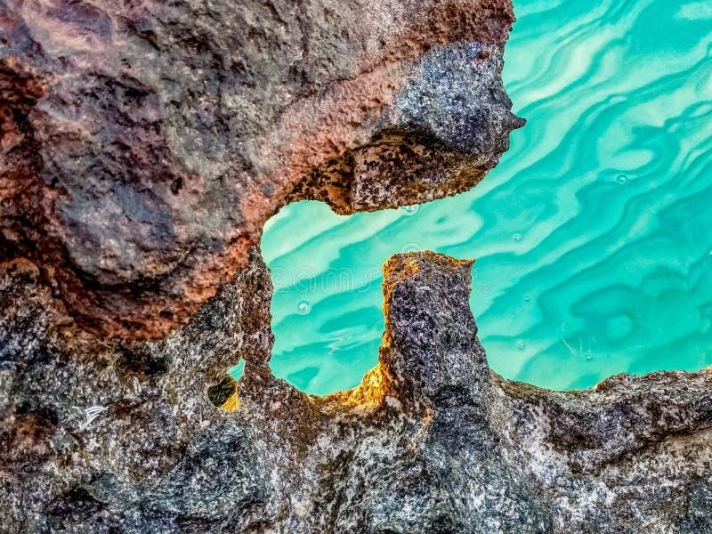 Rotsen op zee op Turken en Caicos stock afbeeldingen