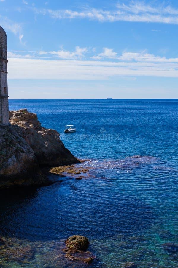 Rotsen rond de vestingsmuren in Dubrovnik, Kroatië, September 2018 stock foto's