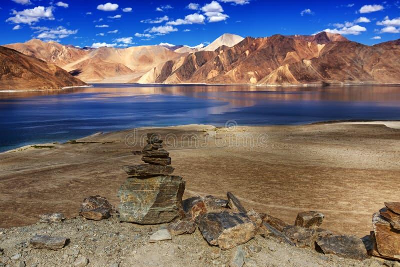 Rotsen, stenen, bergen, Pangong tso (Meer), Leh, Ladakh, Jammu en Kashmir, India stock foto's
