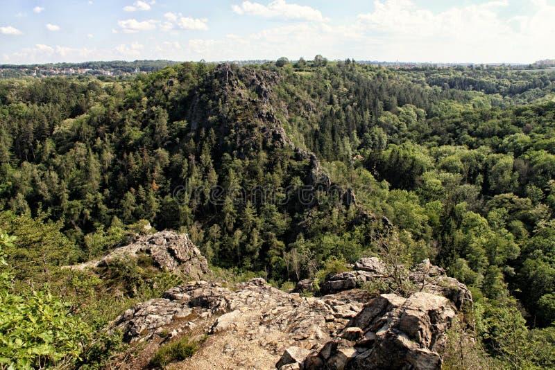 Rotsen van divoka-Sarka vallei nabijgelegen Praag stock afbeelding