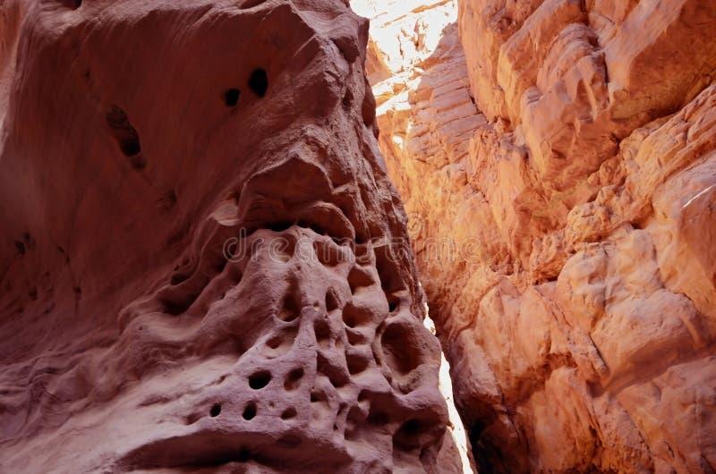 Rotsen van een rode canion in de woestijn van zuidelijke Eilat royalty-vrije stock fotografie