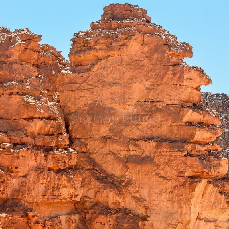Rotsen van multicolored zandsteen in een gekleurde canion in het zuidoosten van het Sinai Schiereiland royalty-vrije stock afbeeldingen