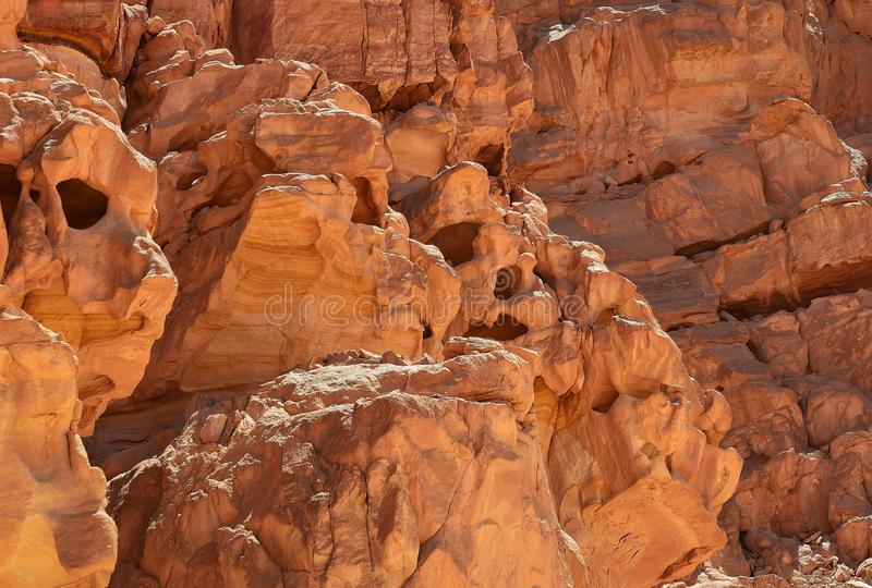 Rotsen van multicolored zandsteen in een gekleurde canion in het zuidoosten van het Sinai Schiereiland royalty-vrije stock fotografie