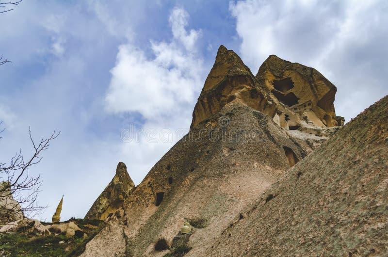 Rotsen van vulkanische tuff in Turkse Cappadocia Knippend inbegrepen weg royalty-vrije stock afbeeldingen