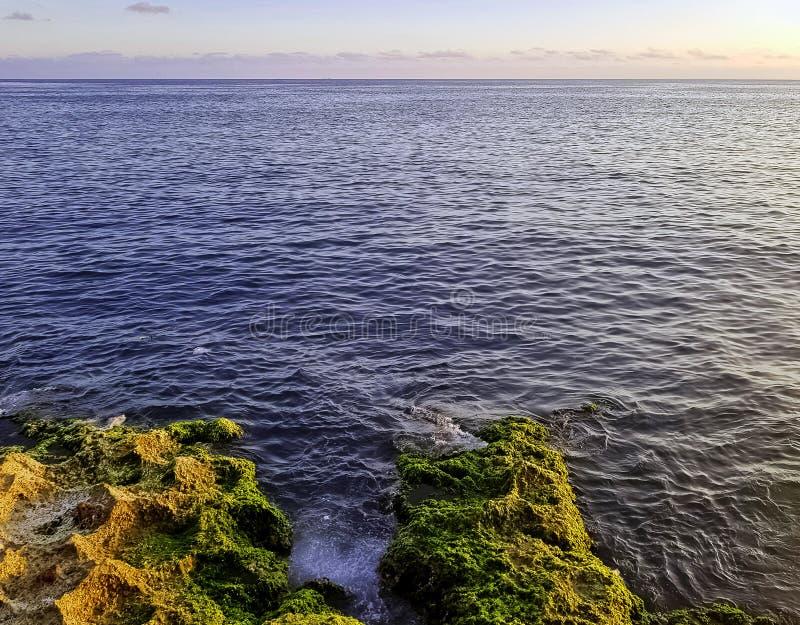 Rotsen voor Malecon en de Atlantische Oceaan tijdens zonsondergang - Havana, Cuba stock fotografie
