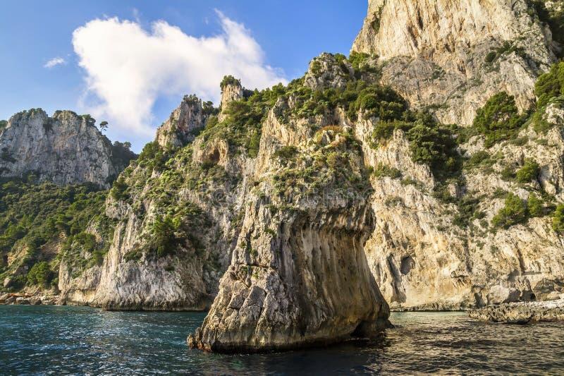 Rotsenvorming op de kust van Capri-Eiland, Italië royalty-vrije stock afbeeldingen