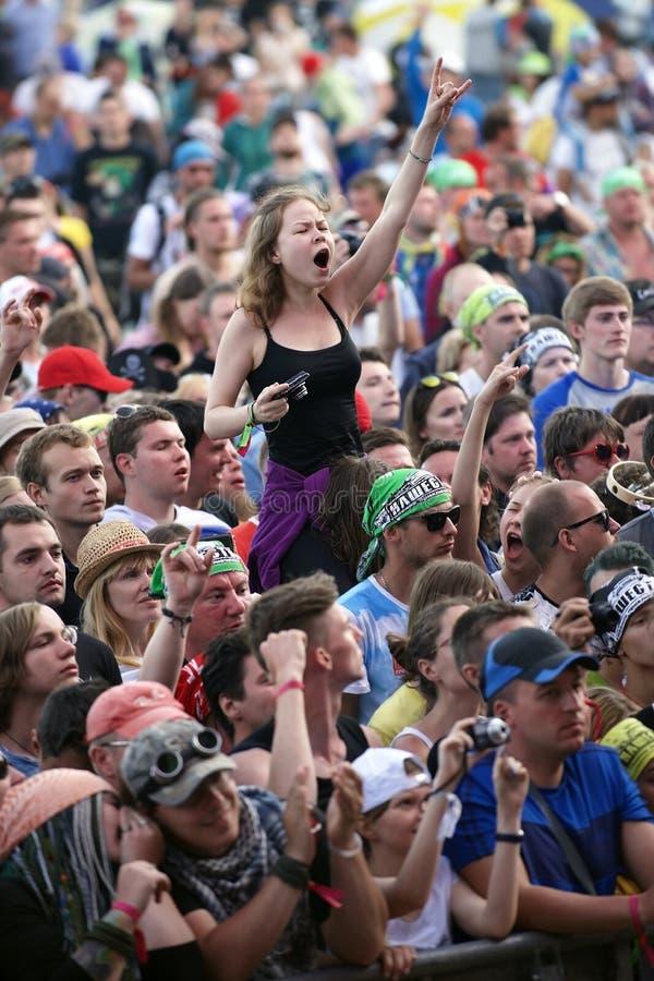 Rotsfestival Een groot aantal ventilators die aan hun favoriete rock in de menigte luisteren royalty-vrije stock foto