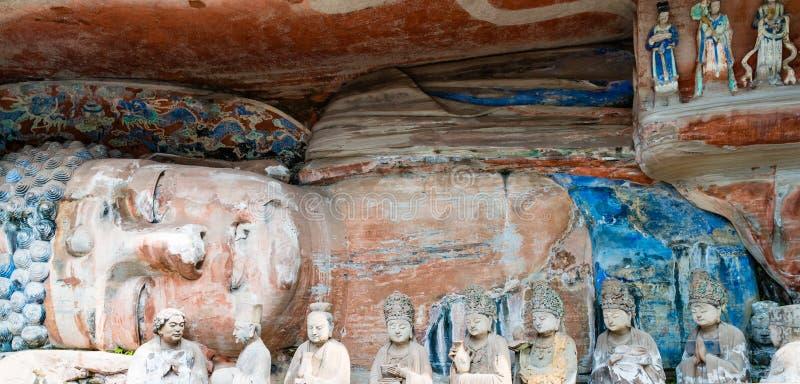 Rotsgravure die van Sakyamuni Boedha Nirvana, met zijn discipelen ingaan royalty-vrije stock foto