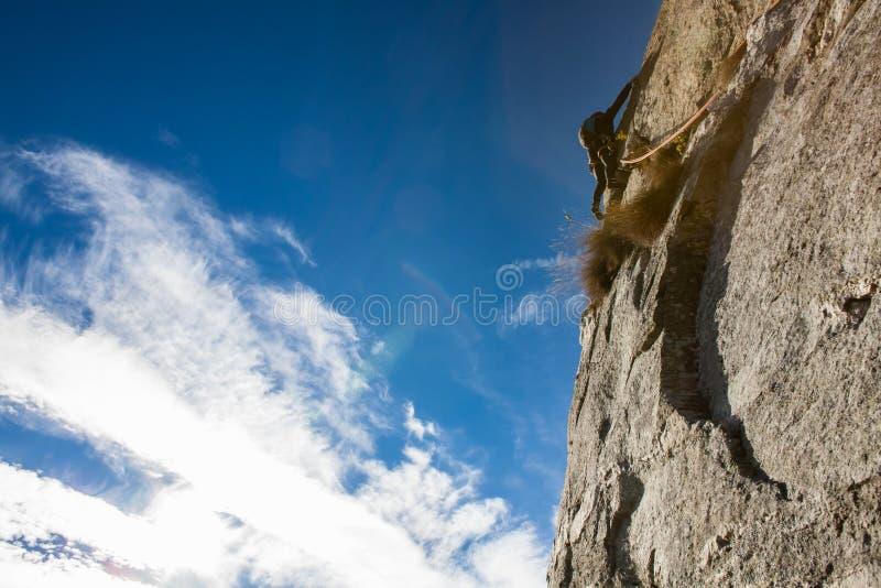Rotsklimmer op een rotsgezicht. royalty-vrije stock fotografie