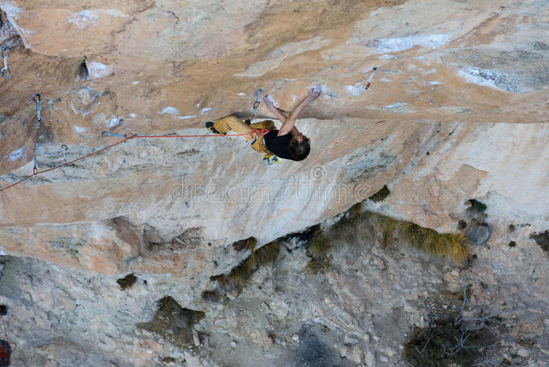 Rotsklimmer, professionele atleet, die in de bergen beklimmen Extreme sporten stock fotografie