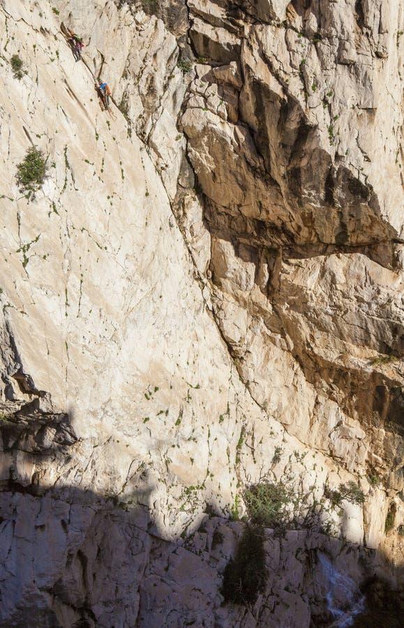 Rotsklimmers bij Caminito del Rey weg, Spanje royalty-vrije stock fotografie