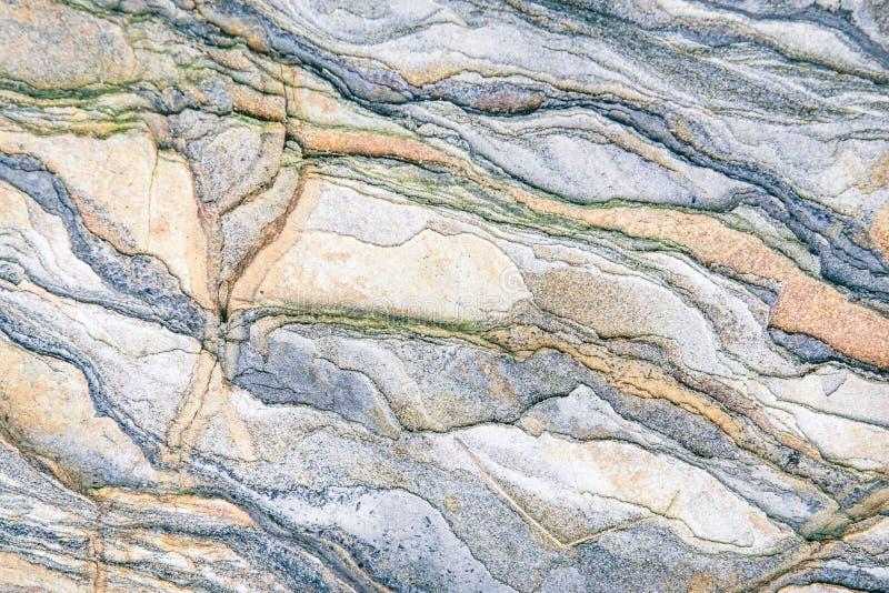 Rotslagen - kleurrijke vormingen van rotsen die meer dan honderden jaren worden gestapeld Interessante achtergrond met fascineren stock foto's