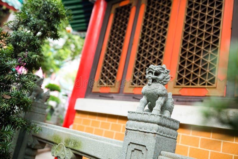 Rotsleeuw in Chinese tempel stock foto