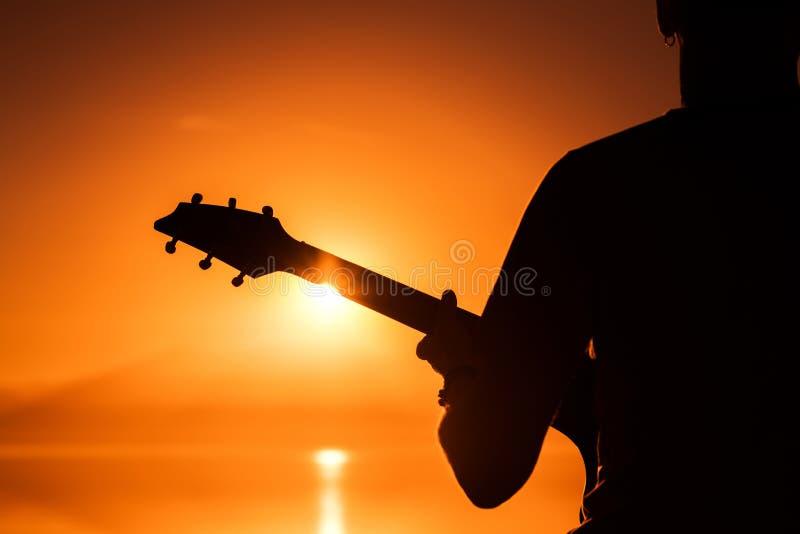 Rotsmusicus met gitaar royalty-vrije stock foto